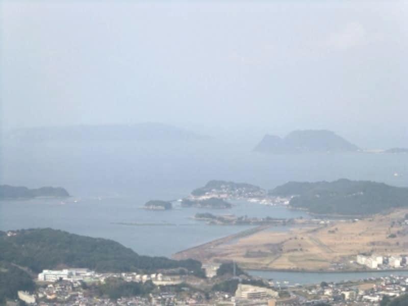 船越展望所から黒島を望む(左側の島影)。ここに世界文化遺産候補の黒島教会(黒島天主堂)があります(2012年3月撮影)