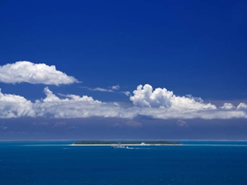 真っ青な海にぽっかりと浮かぶ三日月型をした島、水納島