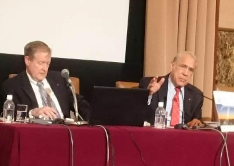 右がOECDのアンヘル・グリア事務総長、左がランダル・ジョーンズ経済局日本・韓国課長
