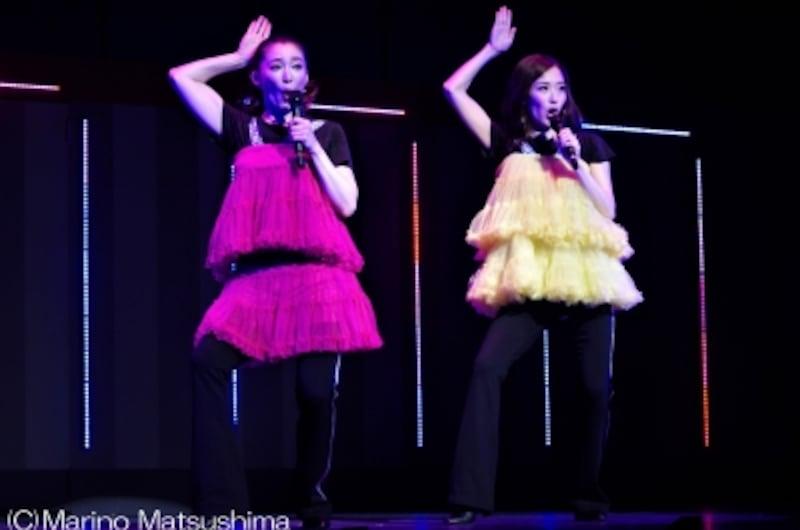 """『CLUBSEVEN-ZERO-』(C)MarinoMatsushimaこのポーズで曲名がお分かりの方もいらっしゃるかと思いますが、昭和の""""あの""""スターのナンバーも香寿さん、蘭乃さんの息のあった歌唱で披露。"""