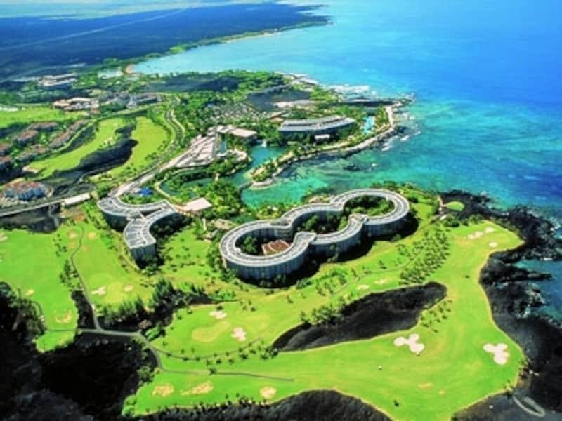 テーマパーク級の巨大リゾートホテル、ヒルトン・ワイコロア・ビレッジを中心としたワイコロア・ビーチ・リゾート。2つのショッピングセンターも備える