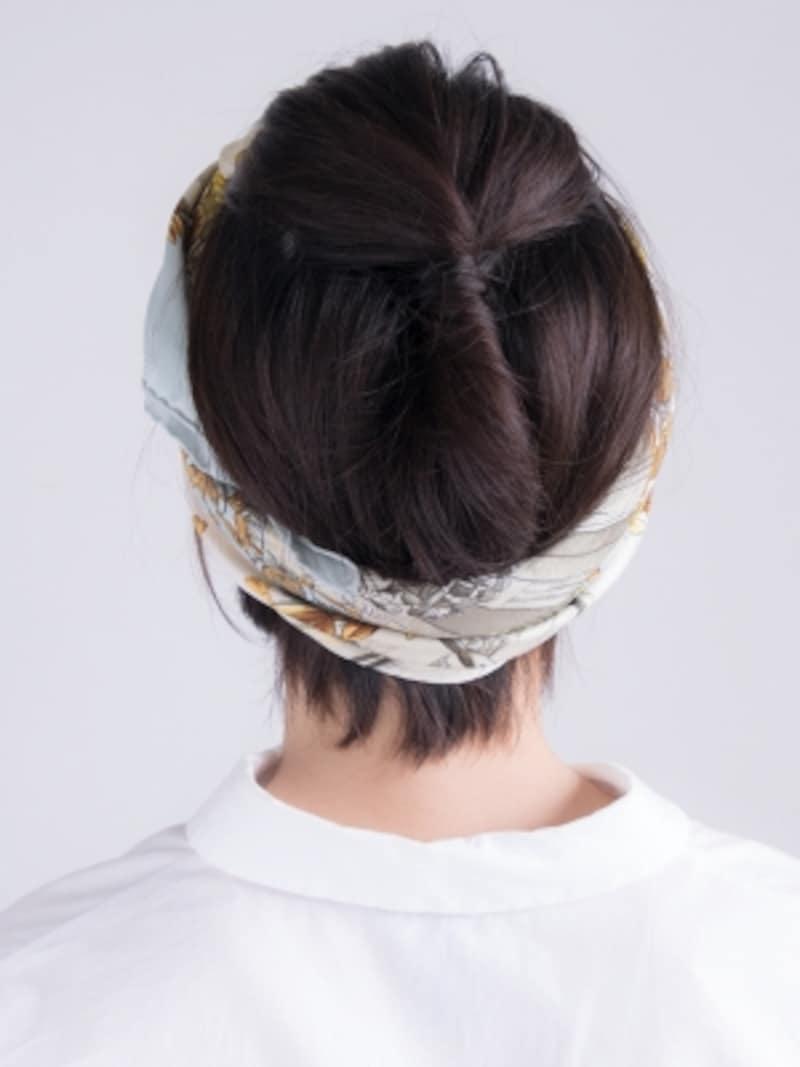 ターバン風にスカーフを巻くことで、髪がまとまりアクティビティシーンにもぴったり!