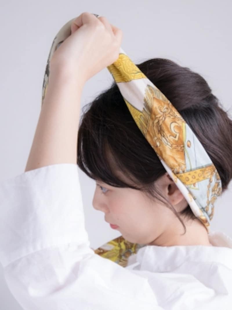 耳の上側をやや隠すようにスカーフを巻く