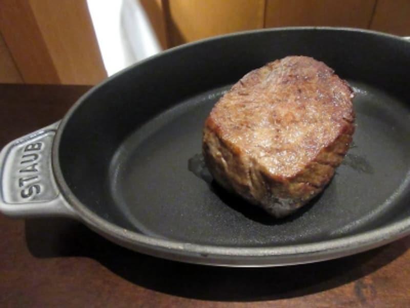 メインディッシュ石垣牛のローストその内臓のブレゼ鍋つき