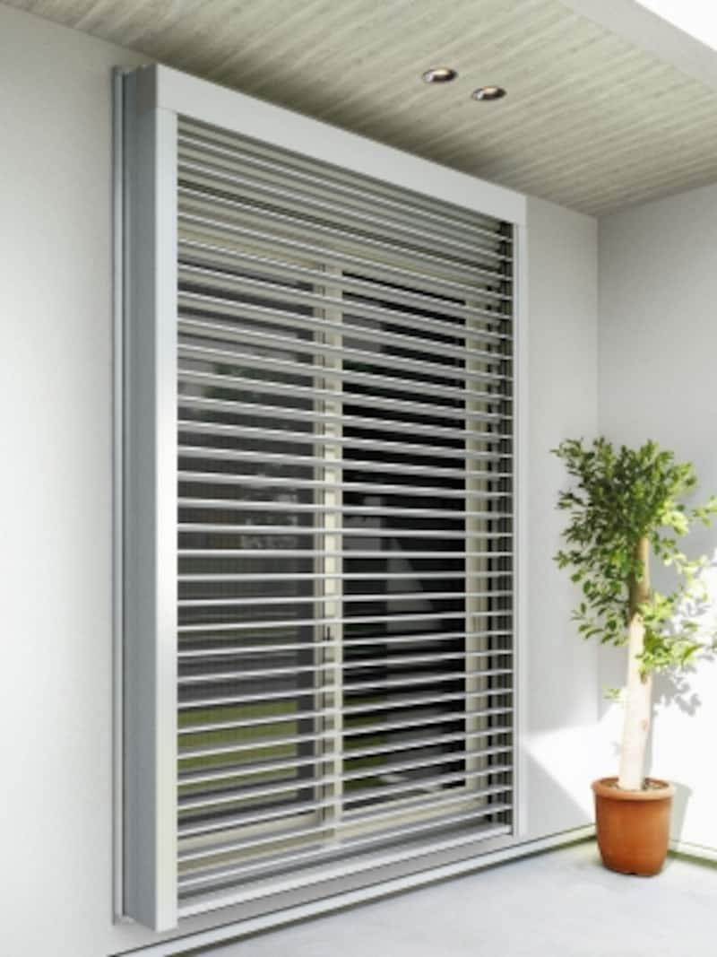窓の外側に取付ける電動のブラインド。日射遮蔽や取得、通風や採光、外部からの視線をコントロールすることができる。[リモコン外付ブラインド「X-BLIND」(エクスブラインド)]YKKAPundefinedhttp://www.ykkap.co.jp/