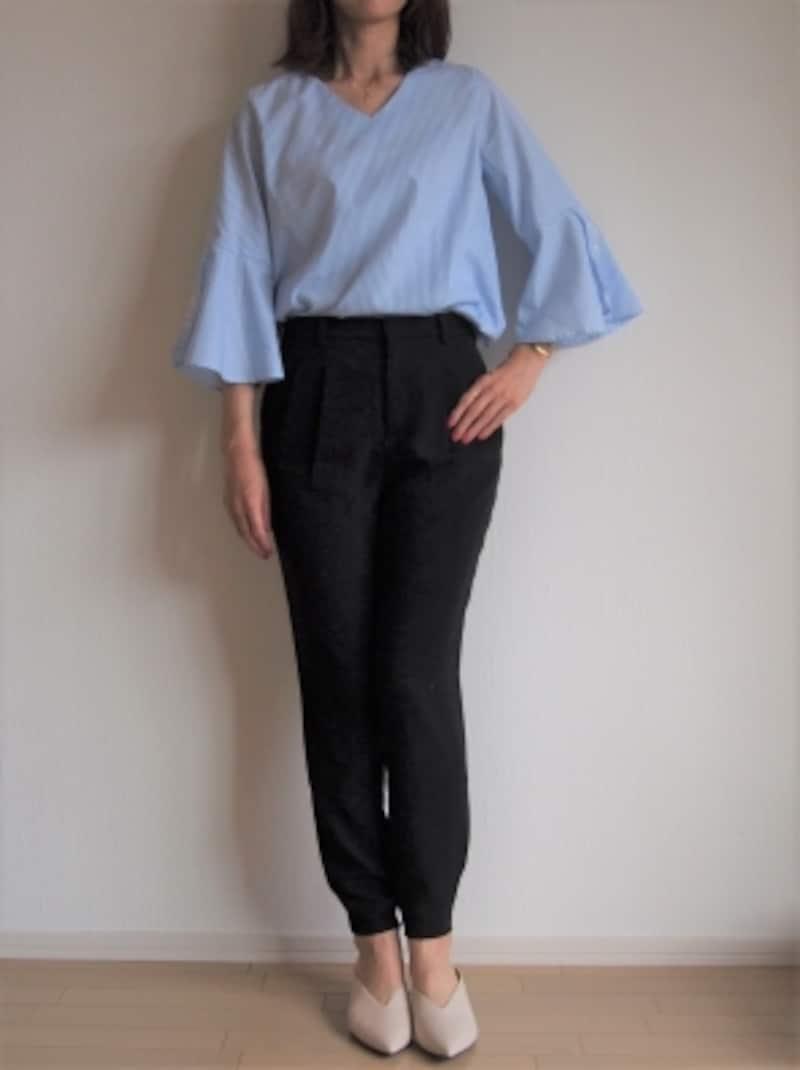 パンツやスカートを合わせて様々な着こなしが楽しめそうなベルスリーブのブラウス