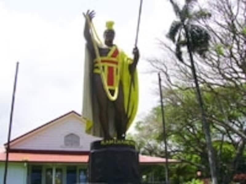 島北部カパアウに建つカメハメハ大王像。ハワイ島はハワイ諸島を統一したカメハメハ大王生誕の地