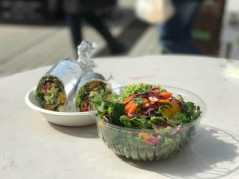 「青山ファーマーズマーケット」はキッチンカーが充実しています。販売されている野菜をそのまま食べられるお店もあります