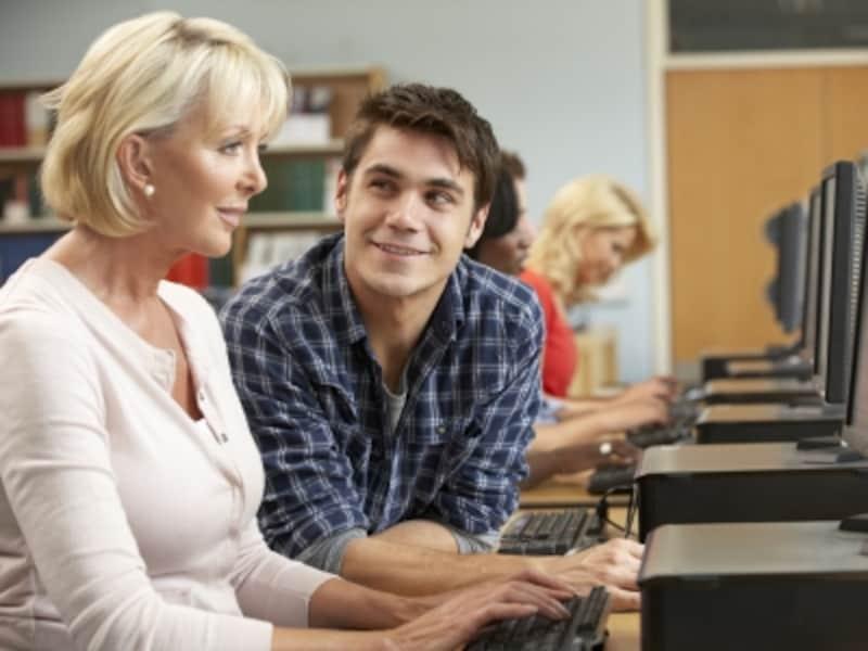 マクロン氏と奥様は、高校の生徒と先生。はじめは当然、恋愛対象としては出会っていないはず。