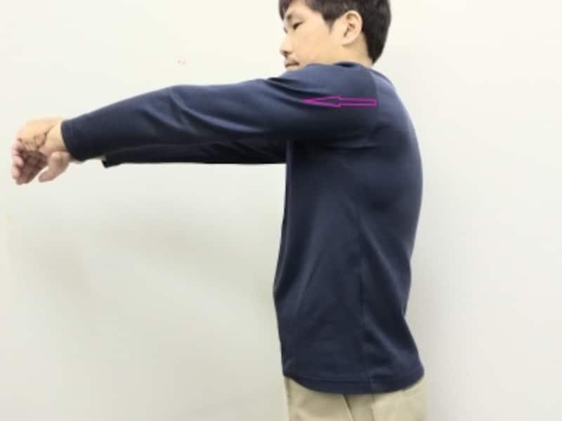 伸ばす側の手首を反対の手で軽く握ります
