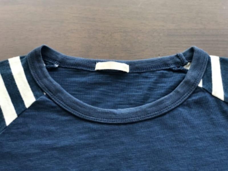 襟が型くずれしにくいデザインのTシャツ