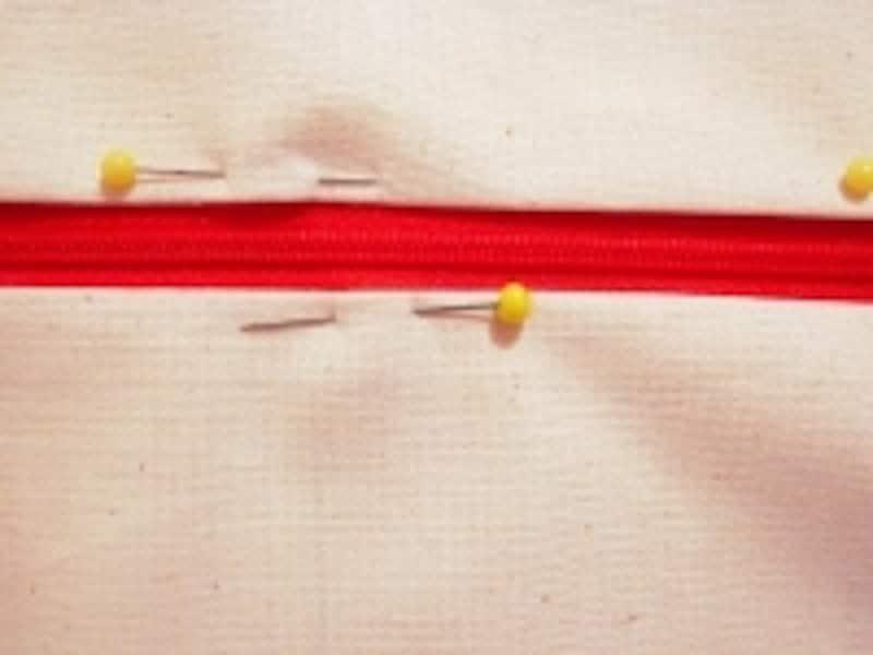 準備した布に、ファスナーをマチ針で仮止めします