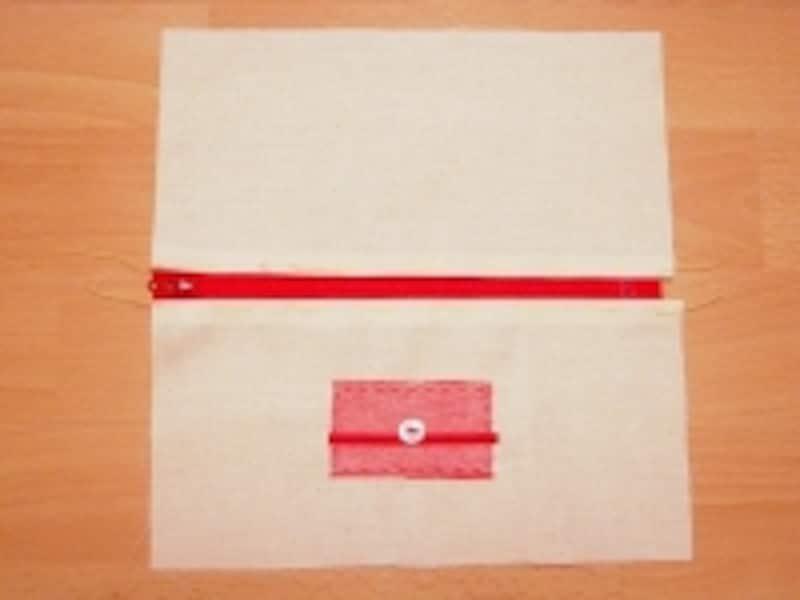小さな布とボタンを飾りに。布に何か飾りを縫い付ける場合は、布を中表に合わせる前までに済ませておきます