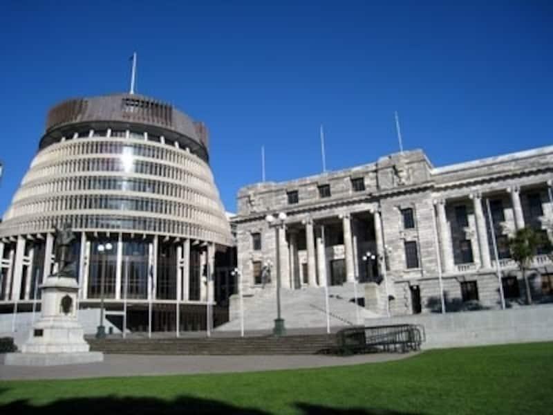 左側の建物がビーハイブ(ハチの巣)と呼ばれているニュージーランドの国会議事堂