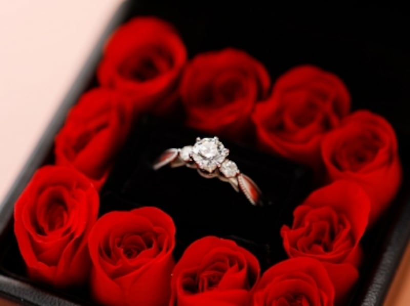 Elisabeth(エリザベート)の婚約指輪をローズボックスにセットしてプロポーズ