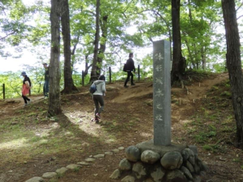 荒川沿いの切り立った崖に残る鉢形城本丸跡