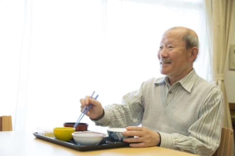 ひとり暮らしで孤食の高齢男性は、そうではない男性より、うつ病になる可能性は2.7倍も高い。