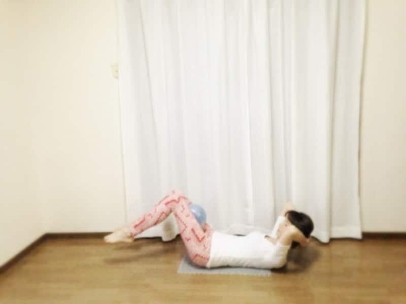 頭の位置を変えずに脚の付け根から下げます