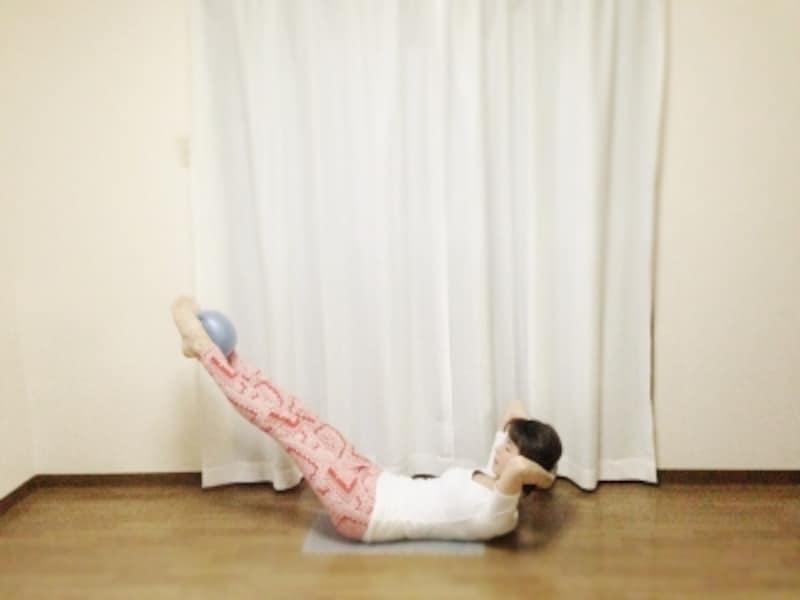 ジップアップしたまま頭の位置を変えず脚を低く