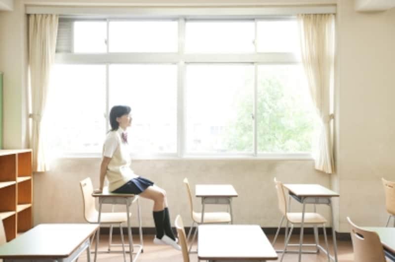 教室で座っている中高生