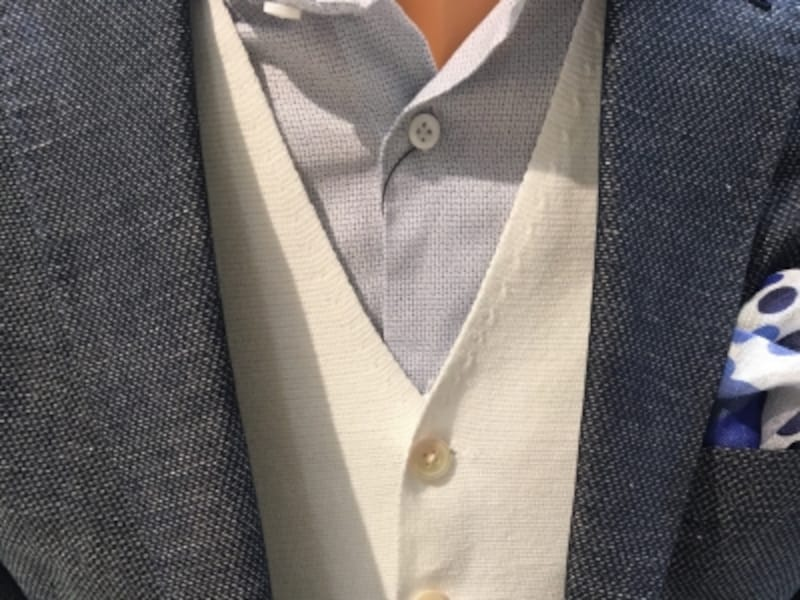 スリーピーススーツのベスト型をしたサマーニット。明るい色であってもニット素材特有の柔らかい印象でキザに見えない。