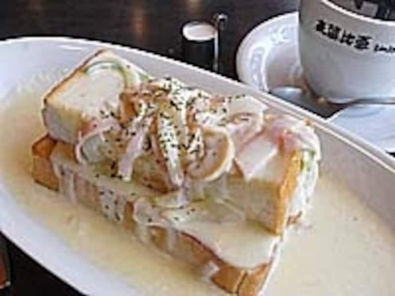 カルボトースト450円。コーヒーは330円。他、名古屋名物・小倉トーストはもちろんチーズめんたいトーストなど替わりダネもあり