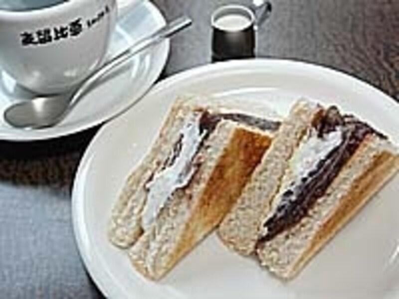 おやつサービスはコーヒー330円+120円で日替りのトースト付き(ドリンクは自由)。こだわりの小豆を使った小倉トーストは甘みが上品