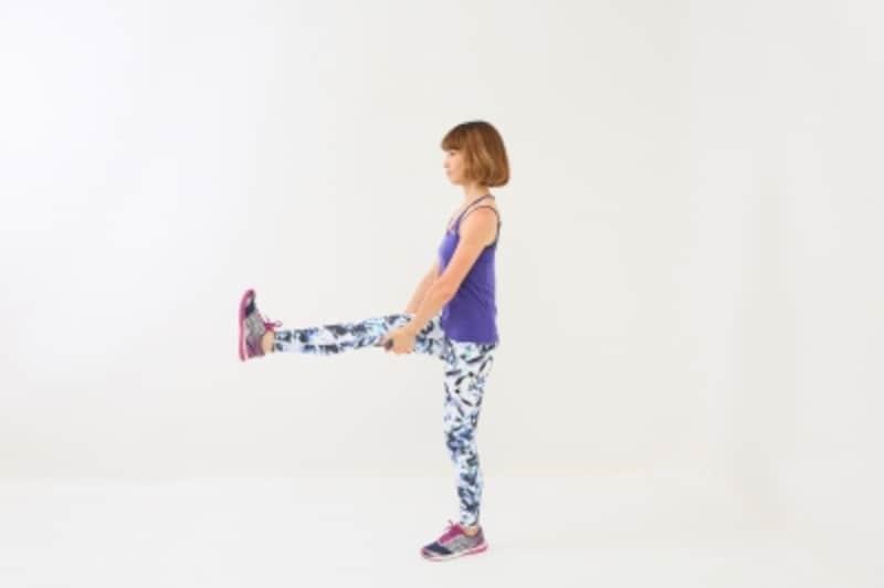 体幹トレーニング2 右脚を前に伸ばし、両手は膝裏に添えてバランスキープ