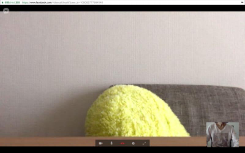 ビデオ通話中の画面。右下には、相手から見た自分の画面が表示される