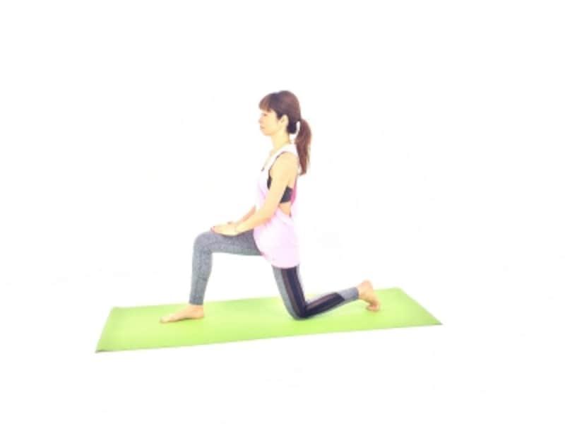 立て膝の姿勢から、右足を前におろし、左膝を床につけて姿勢を整えます。
