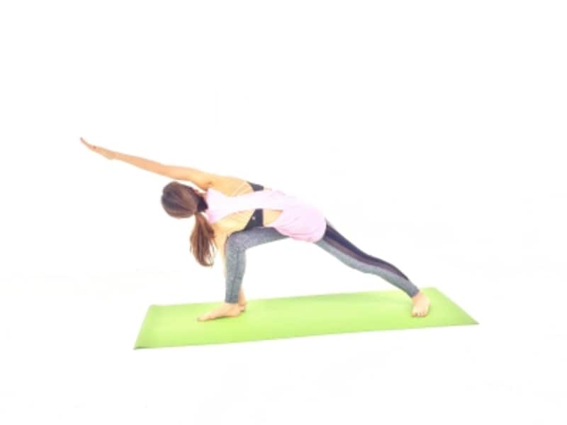 左膝を床から離し、バランスをキープ。吐く息を長くして肩、首の力をゆるめましょう