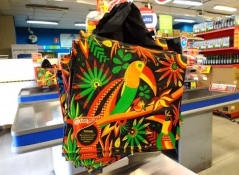 ブラジルらしいカラフルな柄が多いスーパーのエコバック