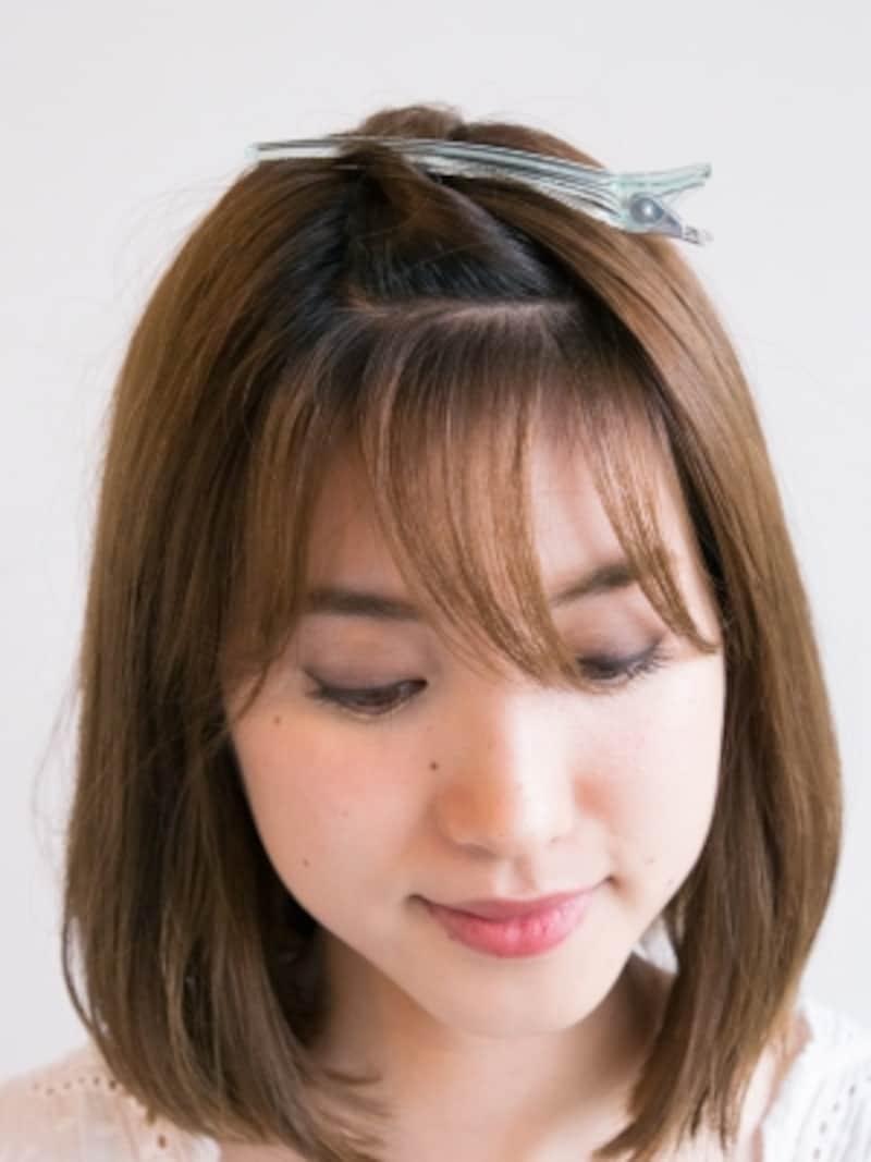 前髪を上下に分け、下の段を3つの毛束に分けるの3つに分ける