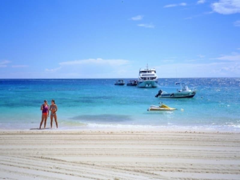 フィジー、ママヌザ諸島に浮かぶ小さな島、ビーチコンバー島。滞在客向けのマリンスポーツ設備が整っているのがうれしい。
