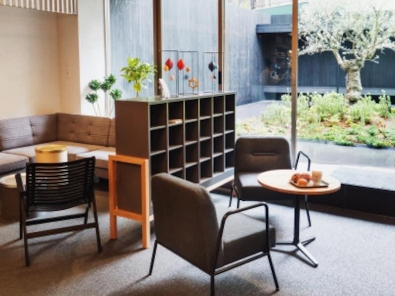 家具はコクヨ製品をカスタマイズ家具もすべてコクヨ製品。インテリアのテーマは「暮らしの実験室」。オフィスや医療、学校用の家具がうまくカスタマイズして使われています。