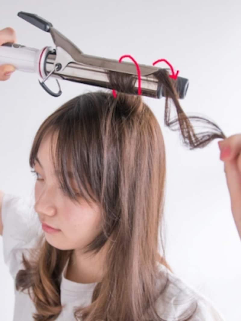 表面の髪をつまんで根元を巻く