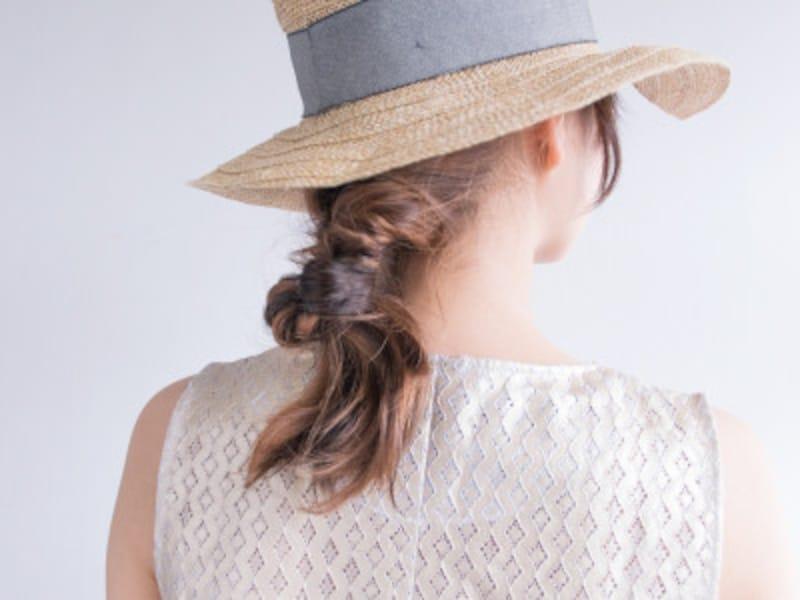 麦わら帽子に似合う簡単ヘアアレンジ