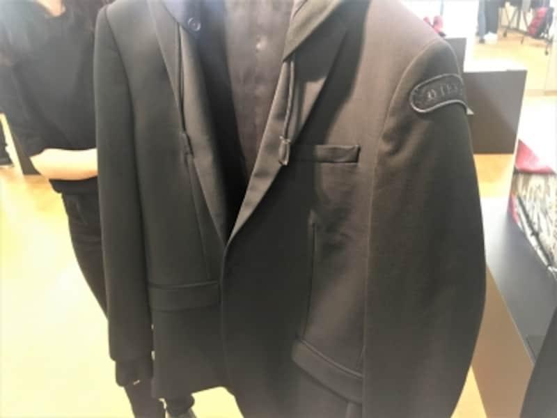 ACミラン本田圭佑選手もオフフィールドの洋服として着用していたフードがついたジャケット。