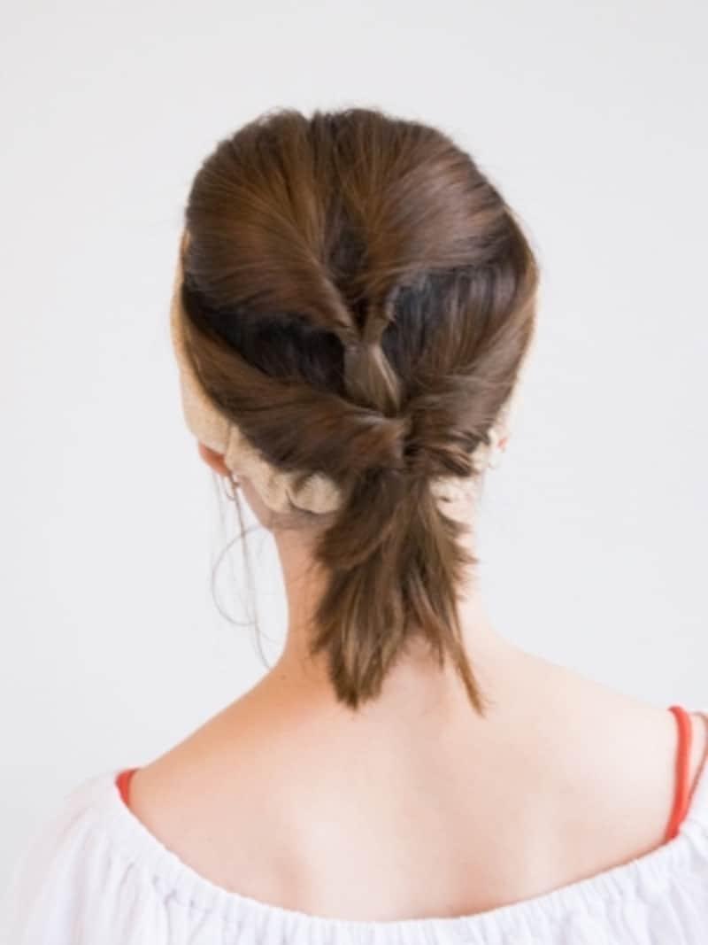 残りの髪を1つ目のくるりんぱの上に重ねて結ぶ
