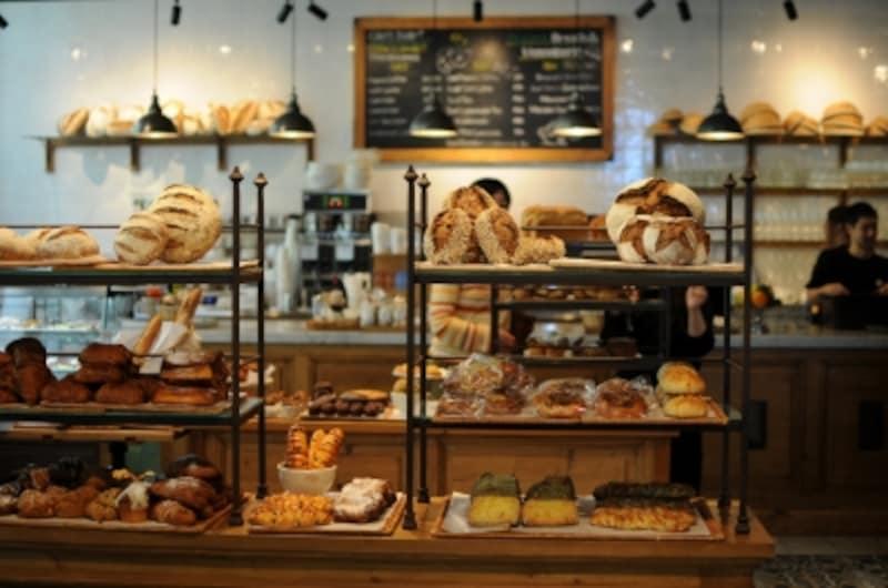 オーガニックの小麦のパンが並ぶ