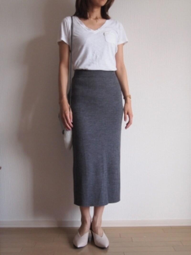 長めのタイトスカートをカジュアルダウン