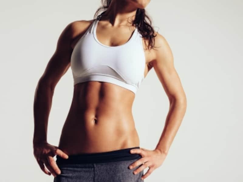 健康的で引き締まった、3本線「アブクラックス」は腹筋女子の憧れ。