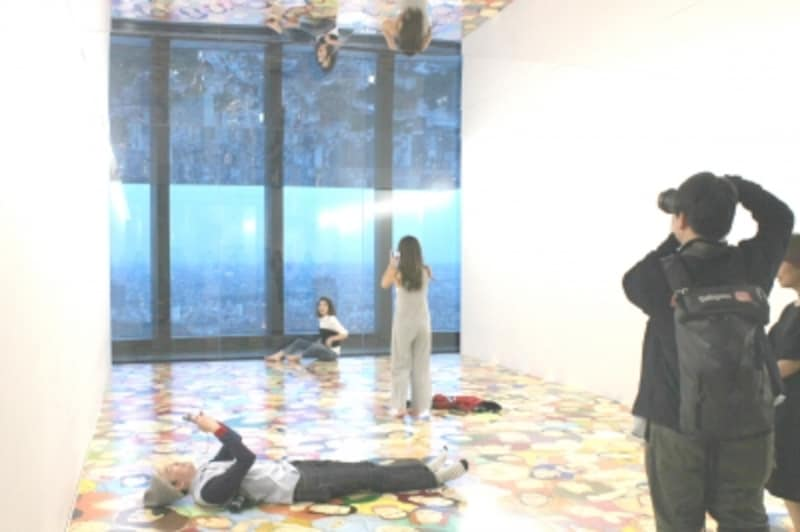 N・S・ハルシャ《空を見つめる人びと》2010/2017年で撮影する観客