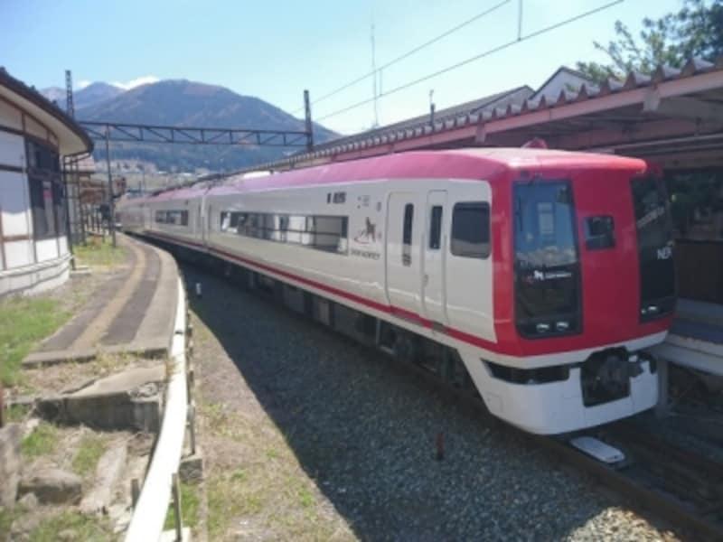 長野と湯田中を結ぶ長野電鉄の特急車両「SNOWMONKEY」