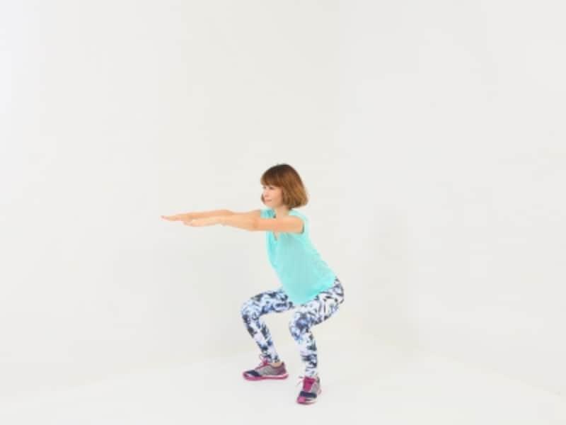 開脚体幹スクワット3undefinedノーマル体幹スクワット3undefined腰を深く下ろす時にフォームに注意しましょう!