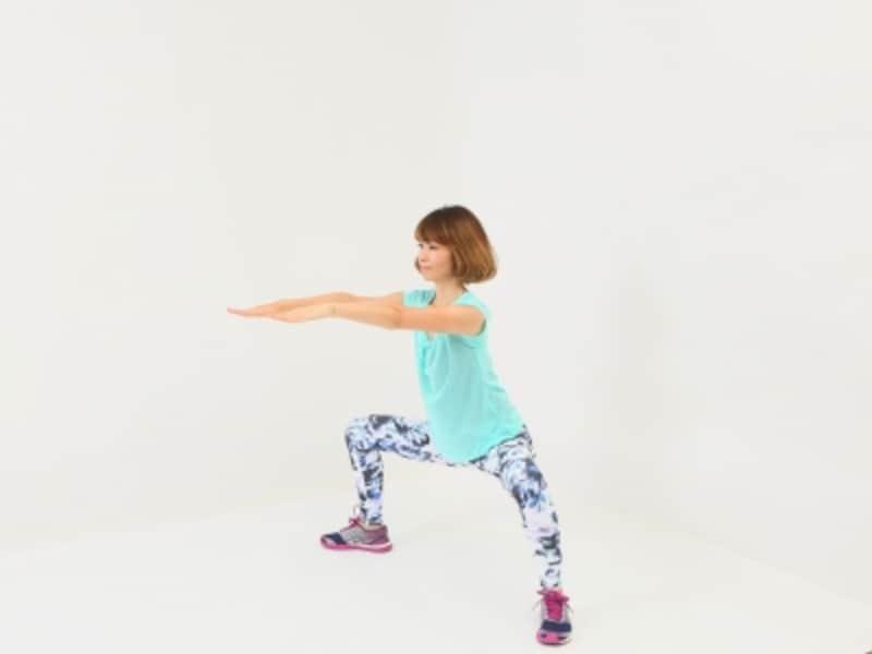スモウ体幹スクワット3undefined膝が90度曲がるように腰を深くおろします。