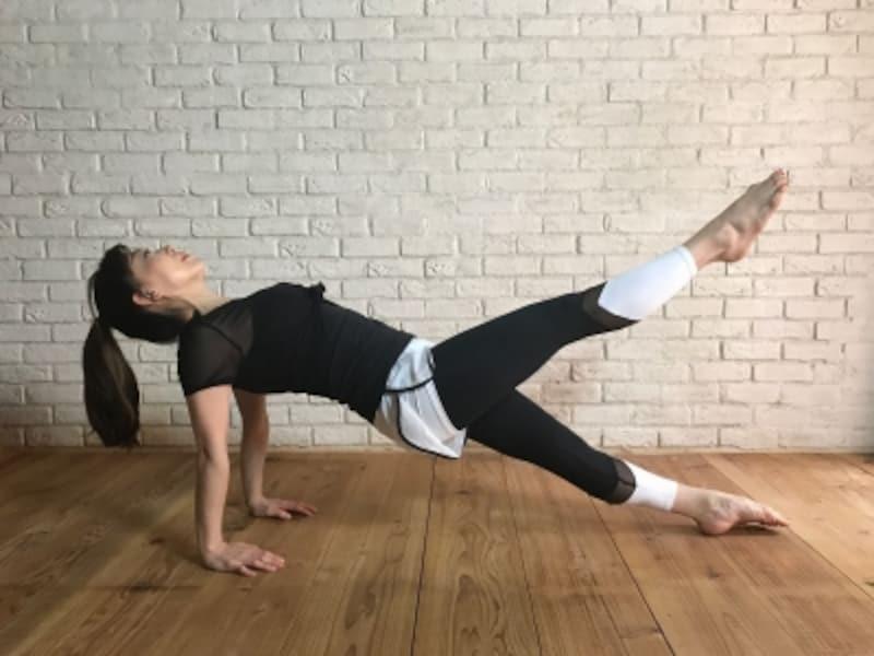 片脚を上げても二の腕で強く床を押す