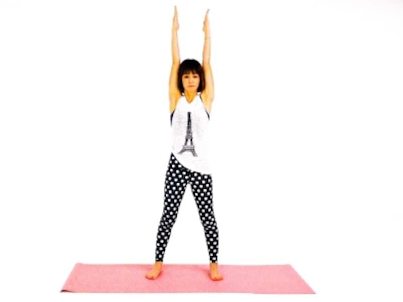 スイングエクササイズ1undefined姿勢を正し、両手を天井方向に伸ばす