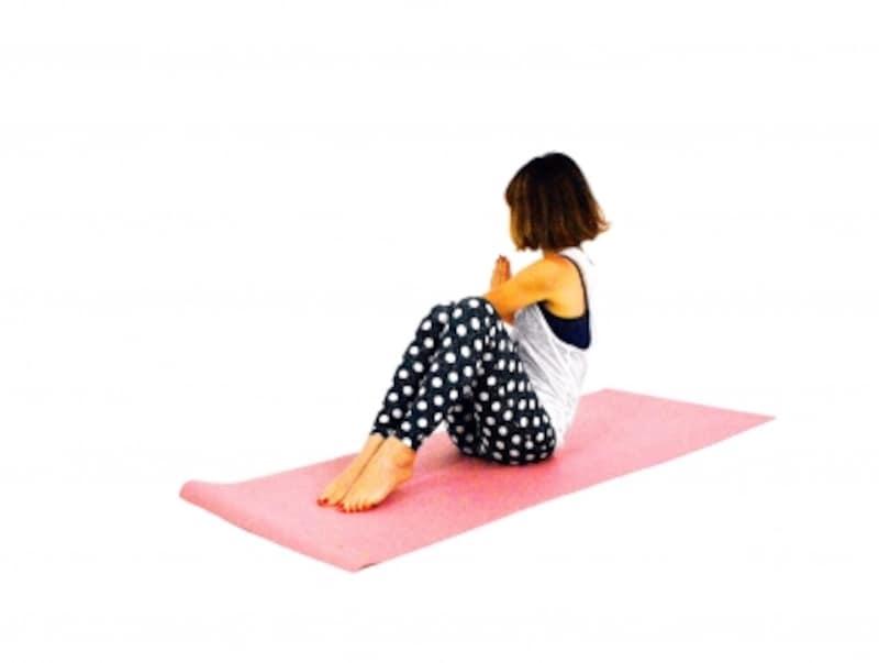 美姿勢エクササイズ3undefined反対側も同様に。肘が膝の外に出るイメージでねじりを深めましょう。