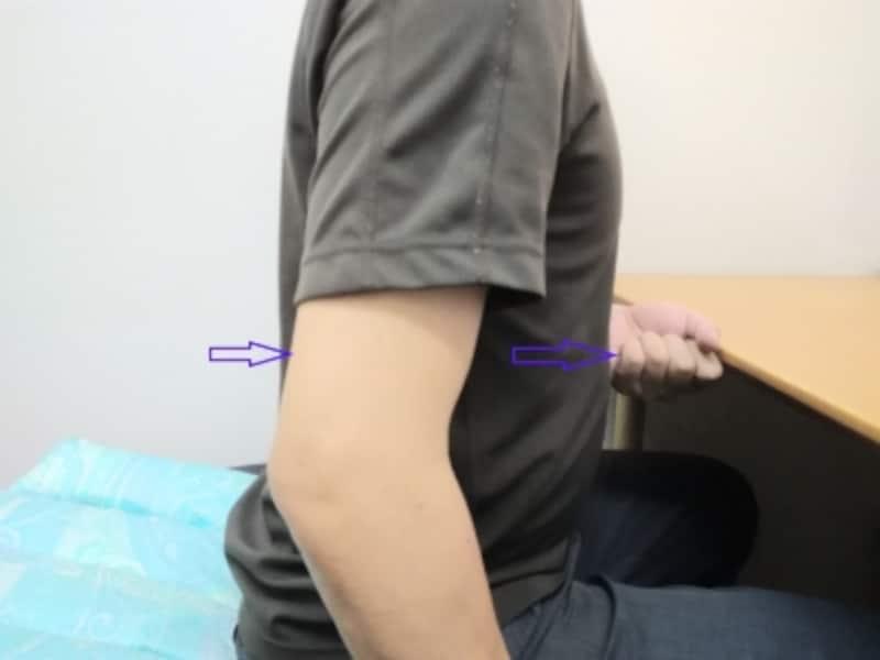 骨盤が動き背中が気持ち良く伸びることが目安ですので、無理に腰背部を反らせないようにご注意ください